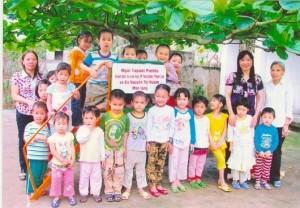 Leikkivälineitä saaneet vietnamilaiset lapset - Vesilahden yläasteen hanke